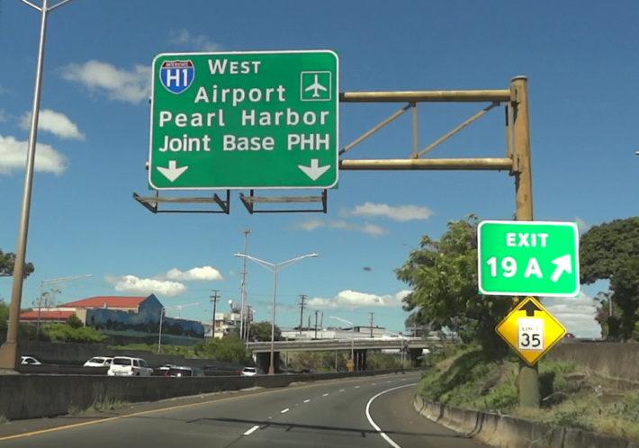 エアポートに至る道の道路標識