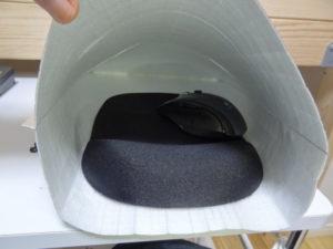 保温アルミバッグの中にマウスパッドを入れる