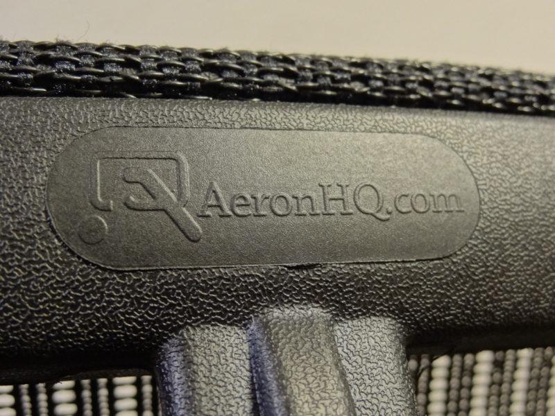 アーロンチェアヘッドレストのシボ加工
