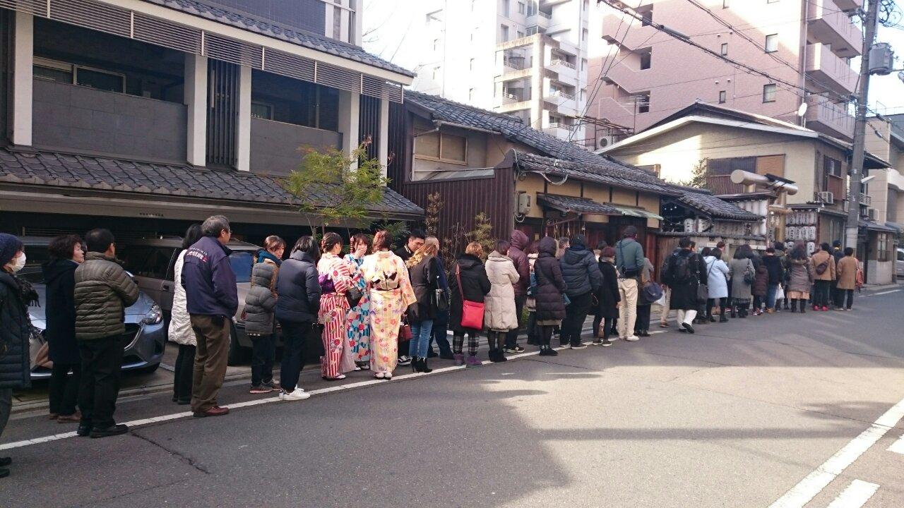 御金神社に並ぶ人の列