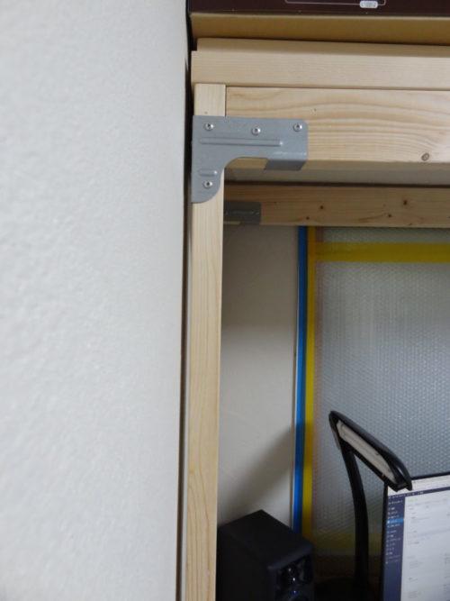 新書斎デスクの骨組み完成壁とのすき間