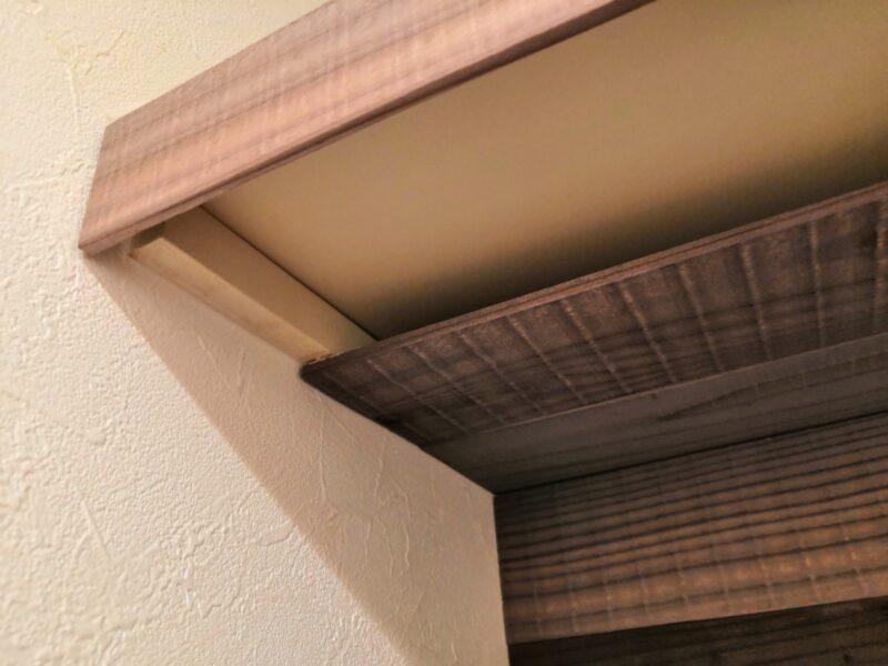 既存の棚板に杉板を貼る